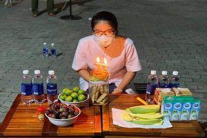 Sinh nhật đặc biệt của nữ điều dưỡng trong khu cách ly ở Đà Nẵng