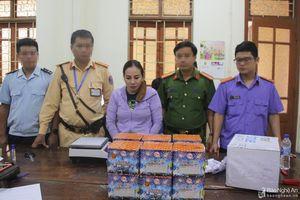 Bắt nữ đối tượng vận chuyển 2kg thuốc phiện và lượng lớn pháo nổ