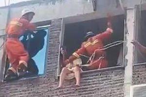 Clip: Kịch tính màn giải cứu cô gái cầm dao ngồi ở bệ cửa sổ muốn tự tử