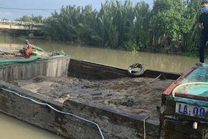 'Cát tặc' bỏ phương tiện nhảy sông trốn CSGT đường thủy