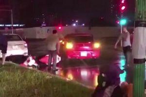 Cơ quan công an triệu tập tài xế ôtô lùi xe đâm nhiều phương tiện rồi bỏ chạy