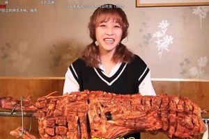 Cô gái 45 kg ăn hết một con cừu nướng để kiếm tiền trên Internet