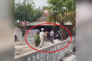 Nhóm người xây nhà trái phép tấn công cảnh sát