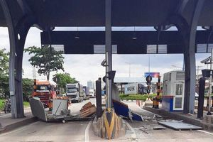 Cửa thùng xe container bị bung, đập nát cabin trạm thu phí Xa Lộ Hà Nội