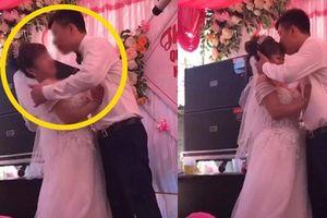 Chú rể ghì cổ, cưỡng hôn cô dâu trên sân khấu khiến cả khán phòng và MC 'hết hồn'