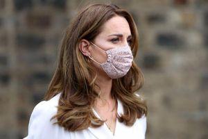 Kate Middleton mặc váy ngàn đô nhưng vẫn tuân thủ quy định đeo khẩu trang