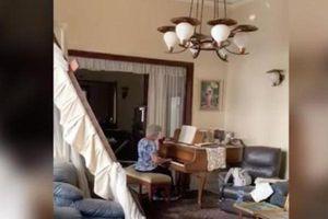 Cụ bà 79 tuổi bình thản chơi piano giữa ngôi nhà đổ nát sau vụ nổ ở Lebanon