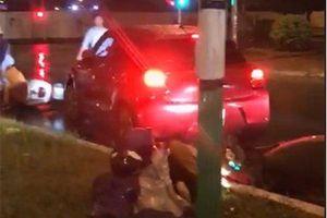 Truy tìm xe điên đâm hàng loạt xe máy và ô tô đang dừng đèn đỏ