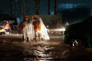 Sài Gòn mưa lớn, nhiều tuyến đường ngập nặng trong đêm