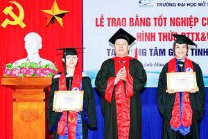 Trường Đại học Mở thành phố Hồ Chí Minh trao bằng tốt nghiệp cho 105 học viên