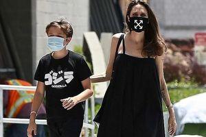 Angelina Jolie đeo khẩu trang, lộ đôi mắt thâm quầng khi đi mua sắm