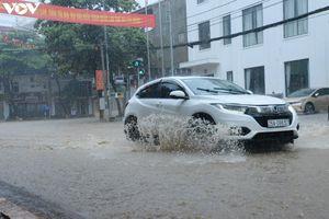 Mưa lớn khiến nhiều tuyến đường ở TP Sơn La ngập sâu trong nước