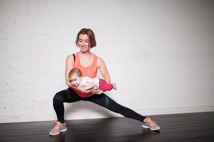 Dùng bé làm tạ, 7 bài tập này giúp các mẹ bỉm sữa giảm béo nhanh
