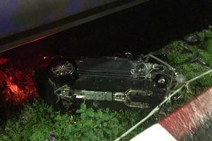 Porsche tiền tỷ tông gãy lan can bay khỏi cầu Sài Gòn giữa đêm