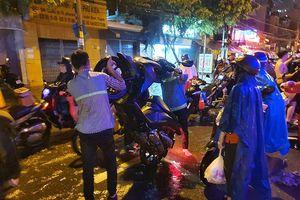 Hàng ngàn xe chết máy do ngập, giữa đêm vẫn chưa thể về nhà