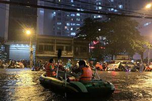 Mưa kỷ lục: Dân bơi thuyền ra phố để mang xe máy vào nhà