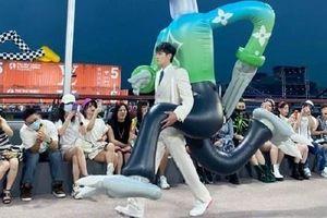 Ngô Diệc Phàm catwalk cùng búp bê khổng lồ