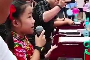Bé gái 8 tuổi làm giám khảo cuộc thi hát của người lớn