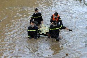 Bất ngờ nhảy khỏi xe máy, người đàn ông ngã xuống suối tử vong
