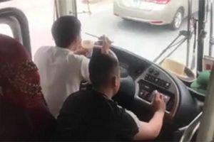 Vừa ăn mì tôm vừa lái xe, tài xế bị phạt 1,5 triệu đồng