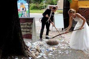 Xé rách quần áo của cô dâu để nhận nhiều may mắn
