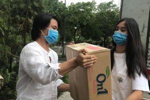 Hoa hậu Tiểu Vy xông xáo bê vác đồ hỗ trợ Đà Nẵng, Quảng Nam