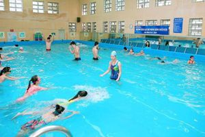 Có thể mắc COVID-19 khi đi bơi hay không?