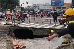 'Hố tử thần' rộng hơn 3m ở ngã tư sau cơn mưa lịch sử
