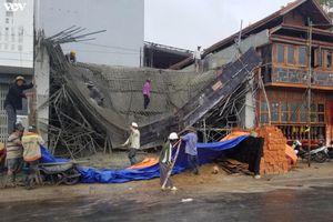 Vừa đổ bê tông xong, giàn giáo công trình bị đổ sập