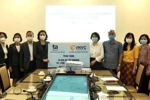Hà Nội tiếp nhận 10.000 kit xét nghiệm SARS-CoV-2 và 12.000 mặt nạ chống giọt bắn
