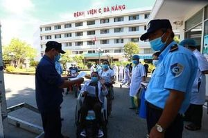 Bệnh viện C dỡ lệnh phong tỏa, bệnh nhân hớn hở về nhà
