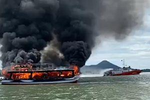 Tàu chở 25 người cháy giữa biển đã hết hạn đăng kiểm