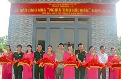 Binh đoàn 15 bàn giao 'Nhà tình nghĩa' và 'Nhà nghĩa tình hội viên' cho gia đình công nhân