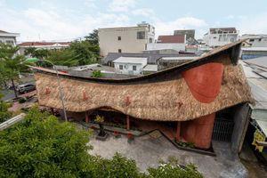 Độc đáo quán cà phê với mái tranh 'lơ lửng' trên khung thép