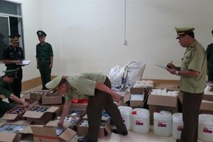 Thu giữ lượng lớn nguyên liệu pha chế không rõ nguồn gốc nhập lậu qua biên giới