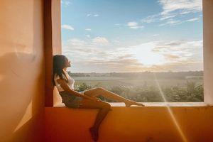 Siêu mẫu Minh Tú khoe cảnh view hoàng hôn cực đẹp tại khu cách ly