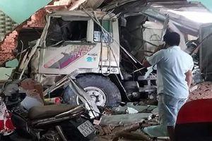 Xe ben mất lái tông thẳng vào 3 nhà dân, nhiều người bị thương