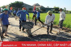 Đoàn thanh niên hỗ trợ 100 tấn xi măng làm đường giao thông ở Hồng Lộc