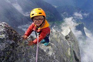 Cậu bé 3 tuổi trở thành người trẻ nhất thế giới chinh phục đỉnh núi trên 3.000m