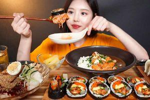 Nữ YouTuber ẩm thực Hàn Quốc thu nhập 4 tỷ/tháng bị tố lừa dối người xem, chỉ vờ ăn rồi nhả