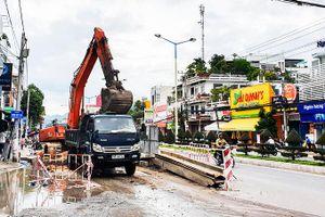 Thi công dự án thoát nước trên đường 2-4: Nhếch nhác, mất an toàn giao thông