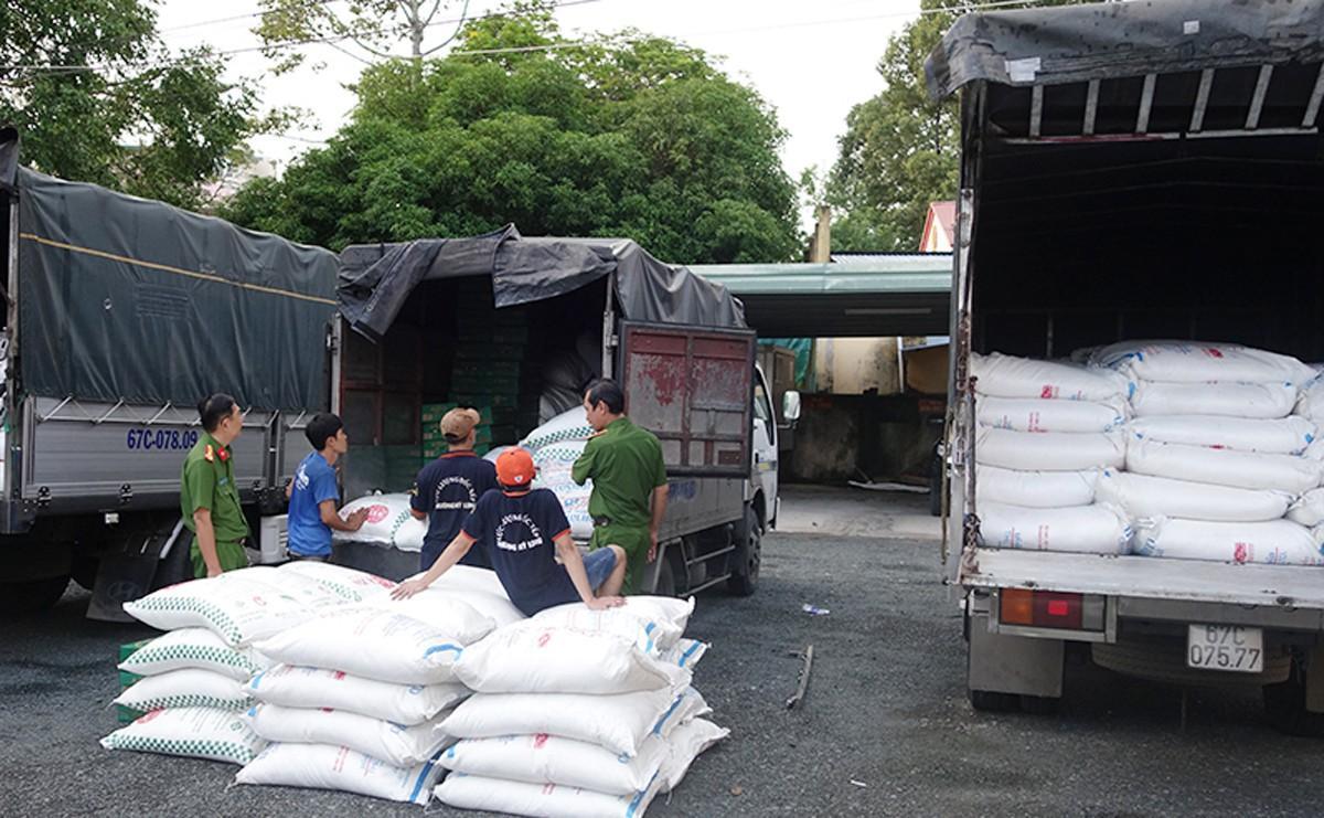 Bốn xe tải chở 39 tấn đường cát nhập lậu ở An Giang