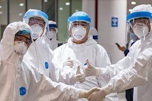 Trao tặng vật tư y tế, nhu yếu phẩm cho đội ngũ y, bác sỹ, cán bộ, chiến sỹ ở những tuyến đầu chống dịch