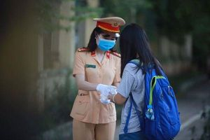 Cảnh sát giao thông Thủ đô tiếp sức cho thí sinh chống Covid-19, vượt vũ môn