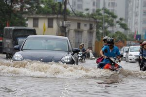 Cách lái ô tô 'thoát hiểm' vượt qua đường ngập nước
