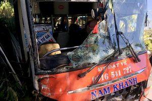 19 người thoát chết khi xe khách gặp nạn