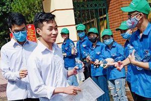 Hỗ trợ nước uống và nước rửa tay khô cho thí sinh tại Chí Linh, Hải Dương