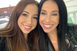 Hai mẹ con nổi tiếng vì giống hệt nhau, đến chồng cũng khó phân biệt