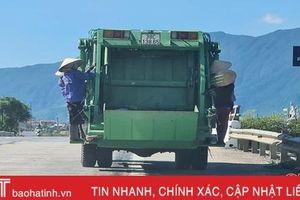 4 nữ công nhân đu bám sau xe thu gom rác thải khi đang lưu thông trên QL 1A