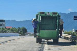 Phát hoảng cảnh 4 nữ công nhân môi trường đu bám sau xe thu gom rác